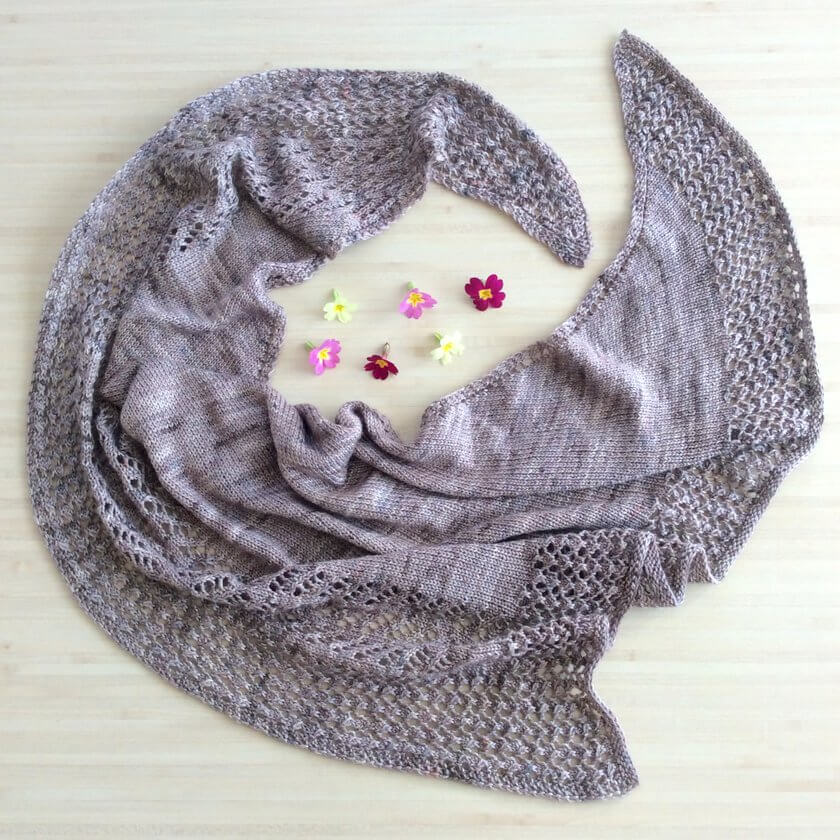 Kettricken, un joli châle pour le printemps. Amusant à tricoter, il est accessible aux débutantes et un plaisir à tricoter pour les plus expertes !