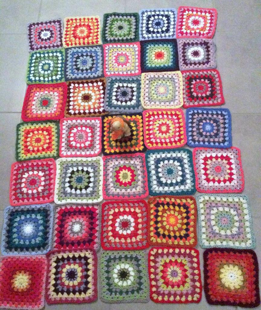 assemblage de carrés de granny au crochet