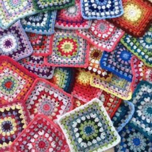 Comment utiliser des restes de laine pour faire un plaid au crochet ?