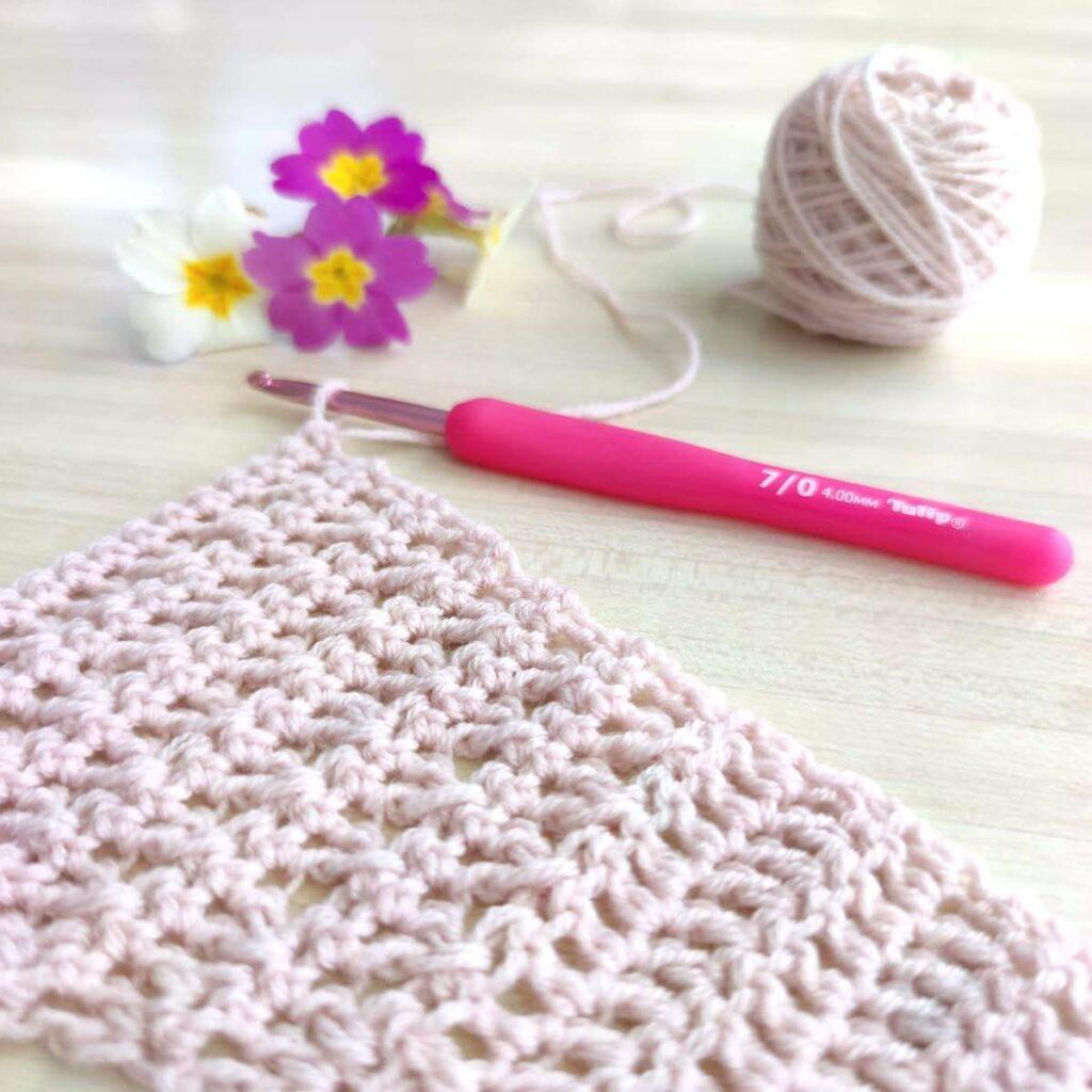 Un mémo pour organiser ses crochets et un tableau de conversion anglais français pour crocheter