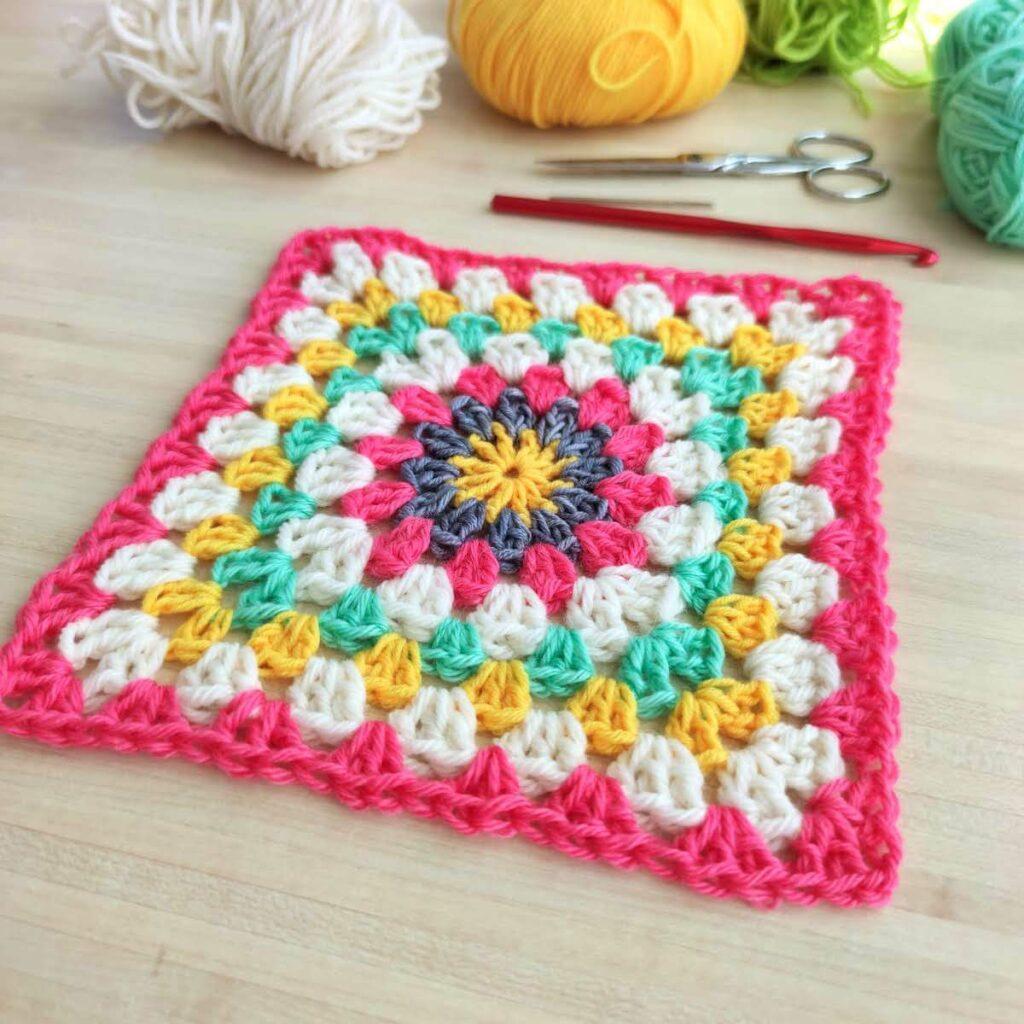 Tutoriel pour faire un granny square au crochet, les assembler pour réaliser une couverture