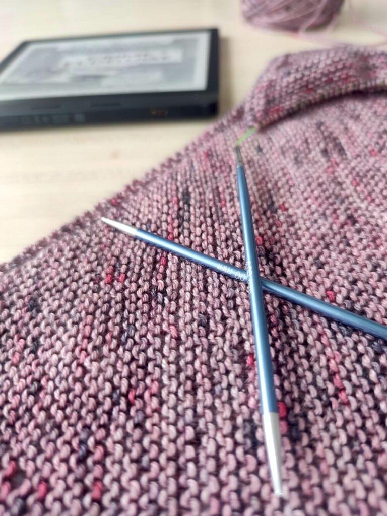 tricoter et lire en même temps avec une liseuse